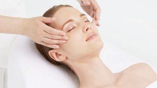 美容皮膚科でケアを受ける女性