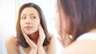 アンチエイジングプラスパッチの効果を実感する女性