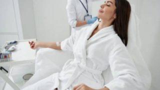 ビタミン点滴を受ける女性
