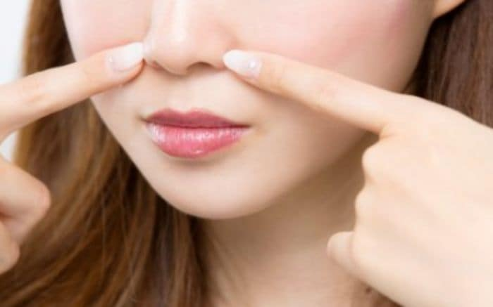 コスメライトクリームでいちご鼻を治す女性